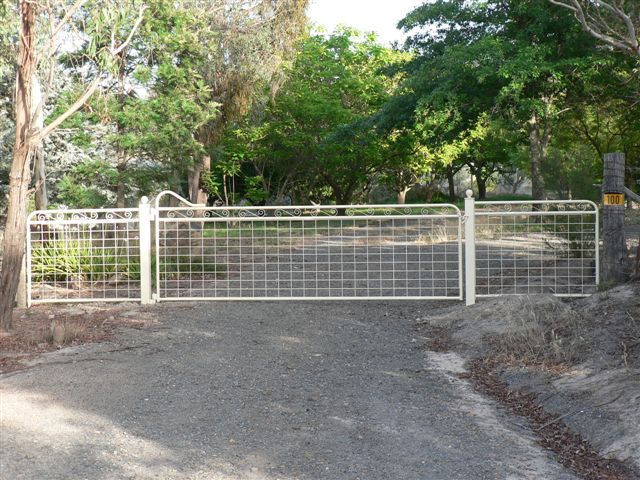 Maddison heritage style country gate with mesh